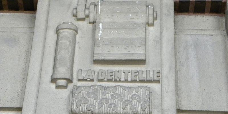 Bas-relief de la dentelle sur le fronton de la Bourse du travail