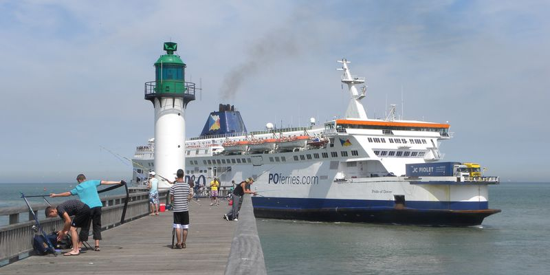 Car-ferry longeant la digue de Calais
