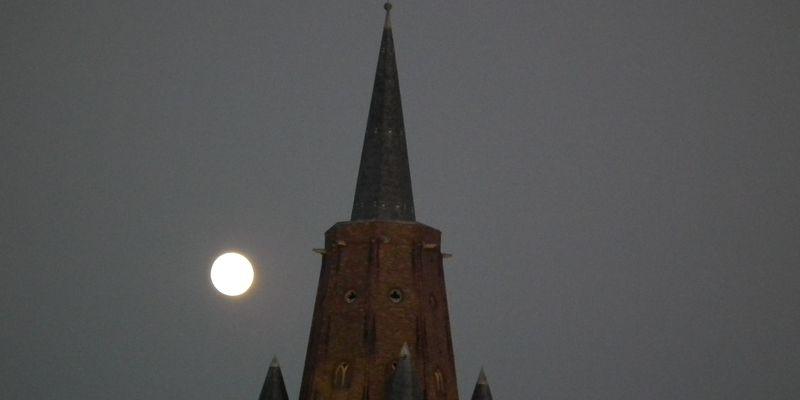 clocher_notre_dame_de_Calais_pleine_lune_ete_2016_photo_office_de_tourisme_Calais_Cote_d_Opale