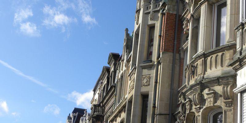 Des façades aux fenêtres dites « bow-window »
