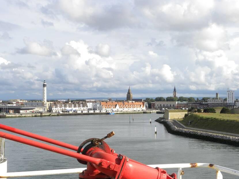 Le_phare_de_Calais_vue_d_un_ferry.jpg
