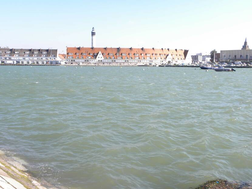 Le_phare_de_Calais_vue_du_courgain_maritime