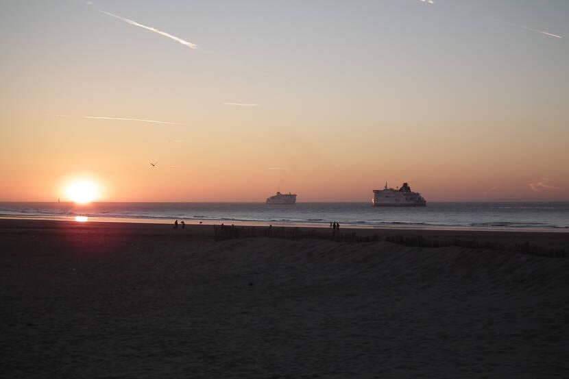 Les car-ferries, plage de Calais