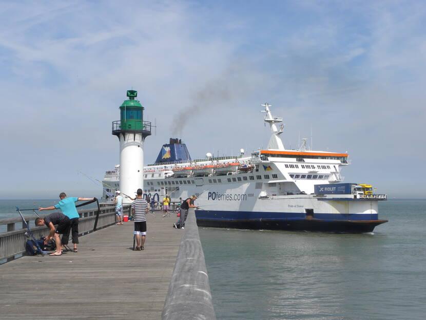 Car-ferry longeant la digue de Calais